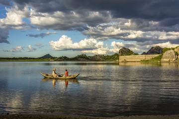 Remando a canoa no açude de Quixadá