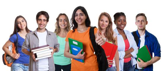 Lachende türkische Studentin mit internationalen Studenten