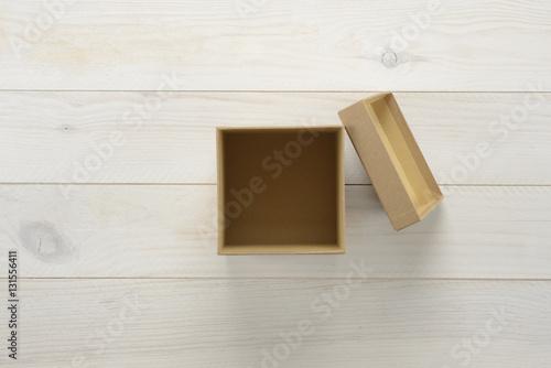 Cajas de regalo sobre fondo de madera blanca for Cajas de madera blancas
