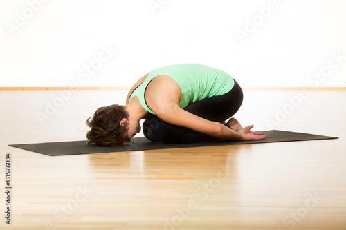 yoga balasana stellung des kindes. Black Bedroom Furniture Sets. Home Design Ideas