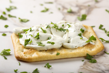 Crispy crackers with cream cheese