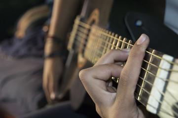 tocando guitarra negra