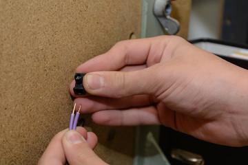 Elektrotechniker mit Klemme - Nahaufnahme