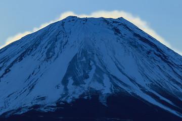 雪煙が朝日に染まる富士山