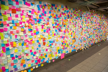 Sticky post-it notes in NYC subway station