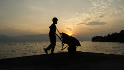 Pracujący chłopiec o wschodzie słońca