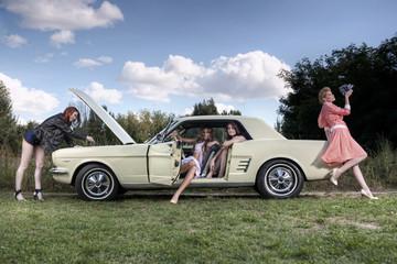 Frauengruppe im Pin up retro Stil / Vintage Fashion und ein US Classic Car  Oldtimer