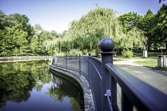 Geländer an einem Teich im Volkspark Friedrichshain