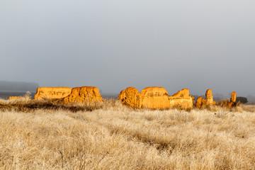 Restos antigua majada de ganado, pradera con escarcha y cielo con niebla.