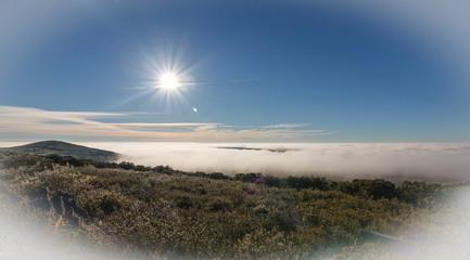 Paisaje de montaña, sol y niebla en invierno. Alto de la Sierra de Casas Viejas, León, España.