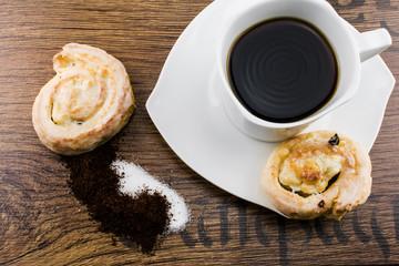 Kaffe und Kuchen auf Tisch