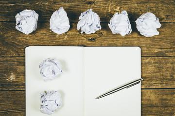 Ein leeres Buch mit Stift und Papier Bälle