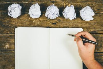 Beginnen Geschichten zu schreiben mit vielen Versuchen, Papier Abfall
