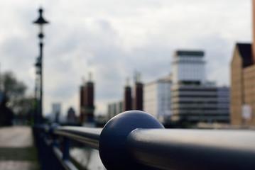 Perspektive eines Innenhafens mit alten Industriegebäuden, Metallgeländer und alten Laternen