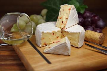 сыр камамбер с виноградом и белым вином