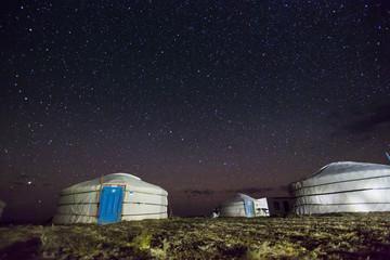 Der Nachthimmel über einem Jurtencamp in der mongolischen Gobi