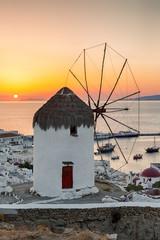 Wall Mural - Alte Windmühle bei Sonnenuntergang über Mykonos Stadt, Griechenland