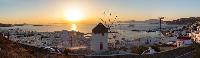 Wall Mural - Panorama von Mykonos Stadt mit alter Windmühle bei Sonnenuntergang