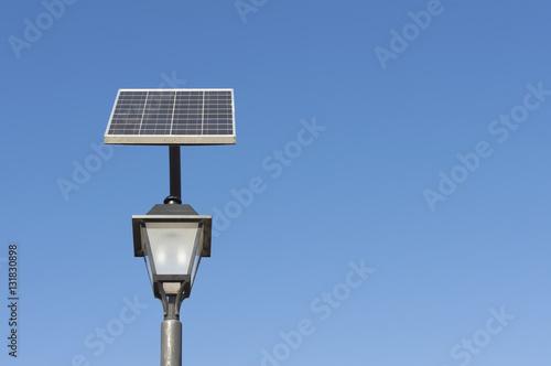 farola para alumbrado exterior con panel solar stock
