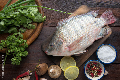 Fresh fish with aromatic herbs and spices food concept for Aromatic herb for fish