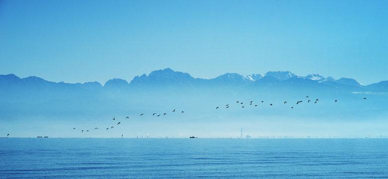 富山湾に浮かぶ立山連峰