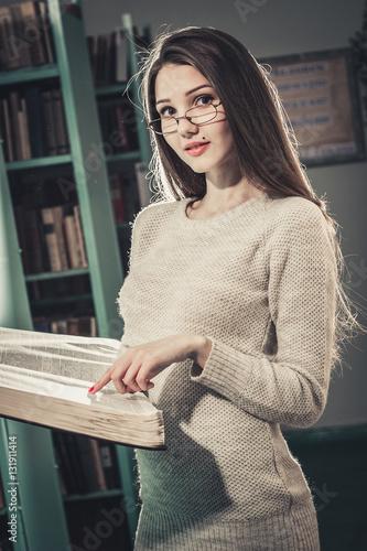Фото девушка в библиотеке, очень классная и красивая девушка