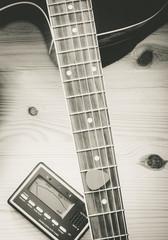 Gitarre und Stimmgerät schwarz weiß, Draufsicht