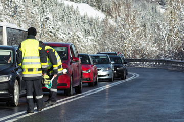 Kfz Kontrolle auf winterlicher Strasse
