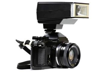 analoge Spiegelreflexkamera mit aufgestecktem Blitzlicht isoliert auf weißem Hintergrund