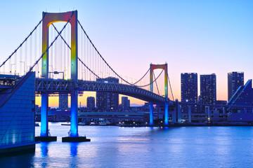 虹色のライトアップに染められたレインボーブリッジ