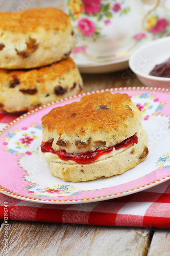 traditional scone with strawberry jam and clotted cream stockfotos und lizenzfreie bilder auf. Black Bedroom Furniture Sets. Home Design Ideas