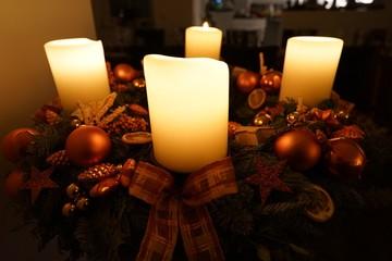Advent: vier brennende Kerzen am Adventskranz