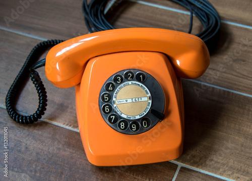 altes telefon mit w hlscheibe stockfotos und lizenzfreie bilder auf bild 132011045. Black Bedroom Furniture Sets. Home Design Ideas