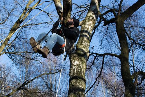 Abseilen Ohne Klettergurt : Junger mann klettertraining im winter aufseilen und abseilen mit