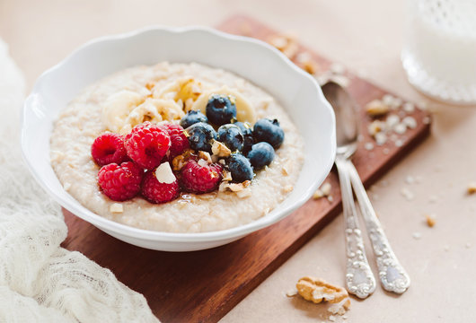 gesundes Porridge mit frichen Früchten - overnight oats