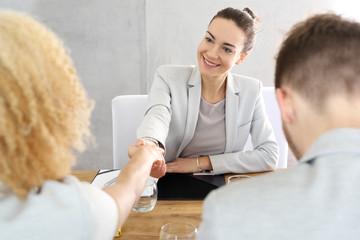 Kredyt. Para młodych ludzi podpisała umowę kredytową u doradcy finansowego