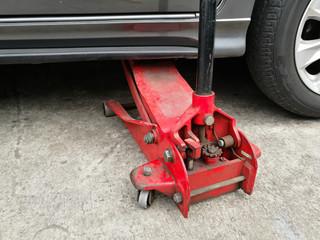 Hydraulic floor jack lift a car