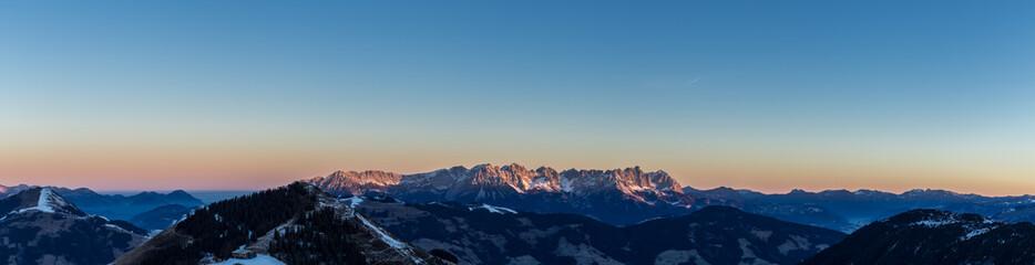 Sonnenaufgang am Gipfel mit leuchtendem Gebirge Wilder Kaiser in Tirol Wall mural