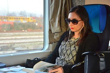 Geschäftsfrau in der Eisenbahn