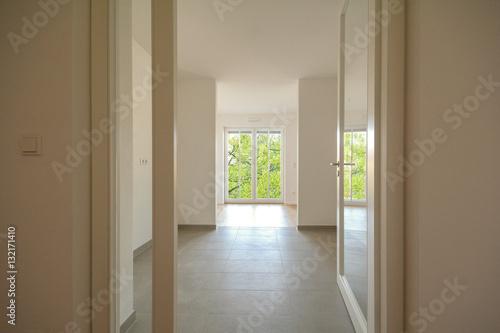 neubau immobilie umzug in neue wohnung t r in modernes wohnzimmer stockfotos und lizenzfreie. Black Bedroom Furniture Sets. Home Design Ideas