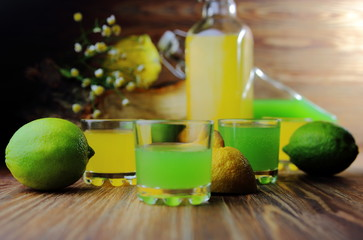 лимонад в рюмках с лаймом и лимоном