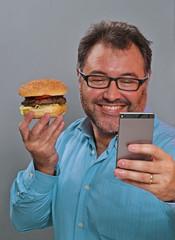 Amo comer hamburguesa y me tomo una foto.