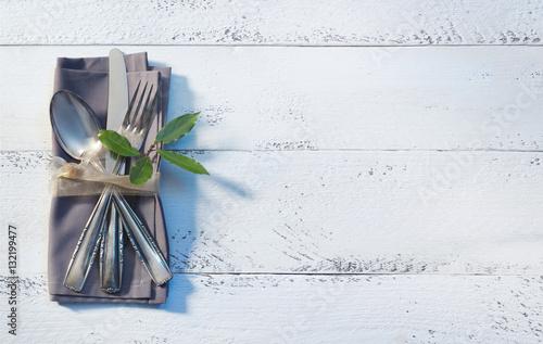 besteck mit serviette auf wei em holz imagens e fotos de stock royalty free no. Black Bedroom Furniture Sets. Home Design Ideas