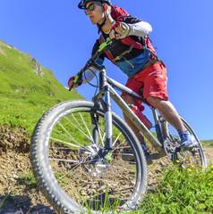 mit dem Geländerad auf einem Single-Trail unterwegs