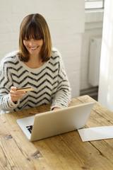 frau zahlt mit kreditkarte im online-shop