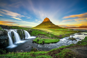 Sunset over Kirkjufellsfoss Waterfall and Kirkjufell mountain in Iceland 壁紙(ウォールミューラル)