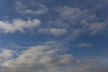 Nuvole su cielo blù