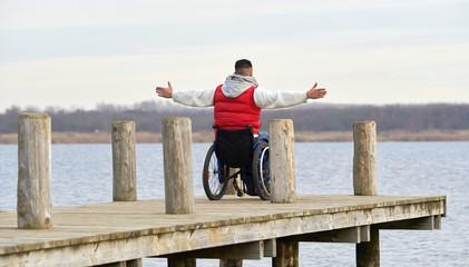 Rollstuhlfahrer am See, Winter
