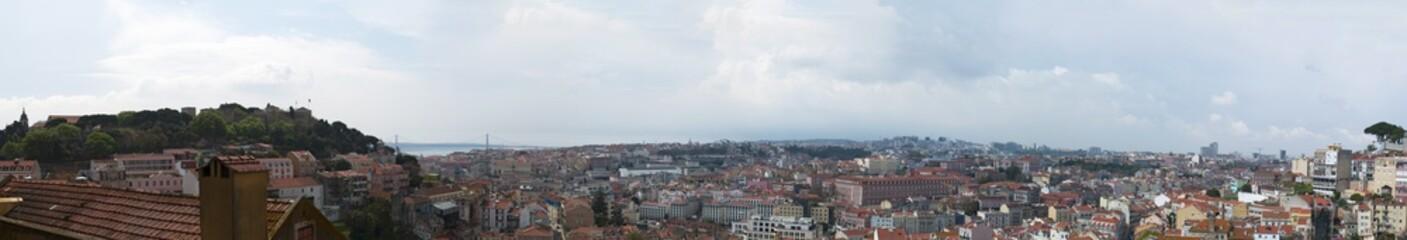 Lisbona, 01/04/2012: skyline di Lisbona con vista sui tetti rossi, i palazzi della Città Vecchia e il Castello di San Giorgio, le cui mura e le torri furono costruite durante l'occupazione moresca