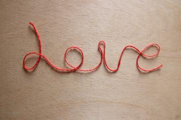 """Надпись """"Love"""" красной нитью"""